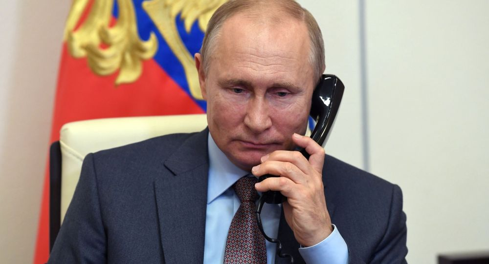 Президент РФ Владимир Путин во время разговора по телефону. Архивное фото