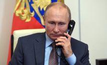 Россиянын президенти Владимир Путин телефон чалуу учурунда. Архив