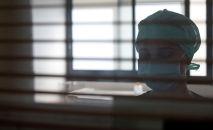 Медицинский работник в защитной маске. Архивное фото