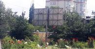 Рекламный щит который снесен в Бишкеке
