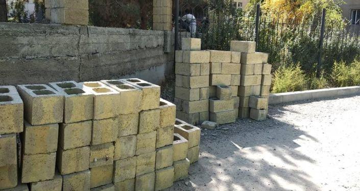 В Бишкеке был снесен незаконно возведенный забор медицинской клиники в 7 микрорайоне.