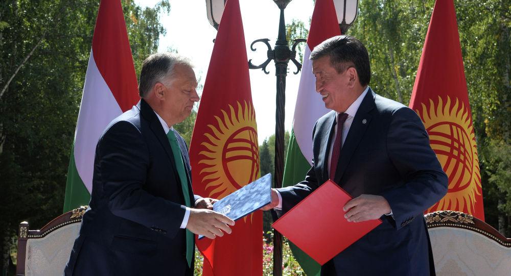 Кыргызстандын президенти Сооронбай Жээнбеков жана Венгриянын премьер-министри Виктор Орбан. Архивдик сүрөт