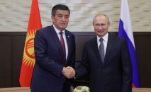 Президент РФ Владимир Путин и президент Кыргызской Республики Сооронбай Жээнбеков (слева) во время встречи в Сочи.