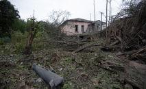 Окрестности жилого дома в городе Мартуни (центр Мартунинского района непризнанной Нагорно-Карабахской Республики) после обстрелов.