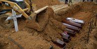Бразилиядагы Амазонка штатындагы коронавирустан каза болгондорду көмүү. Архивдик сүрөт
