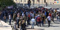 Армениян Республика Аянты станция метросунун алдында турган адамдар. Архивдик сүрөт