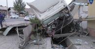 Последствия ДТП грузовым транспортным средством марки Volvo который несправившись с управлением, выехал на встречную полосу движения и совершил наезд на пешеходов на автодороге Булакбаши-Андижан в Андижанской области