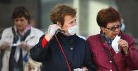 Женщины в защитных масках на улице города. Архивное фото
