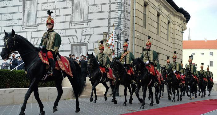 Шествие национального конного отряда во дворце Кармелита г. Будапешт во время церемонии официальной встречи Президента Кыргызской Республики Сооронбая Жээнбекова с Премьер-министром Венгрии Виктором Орбаном. 29 сентября 2020 года