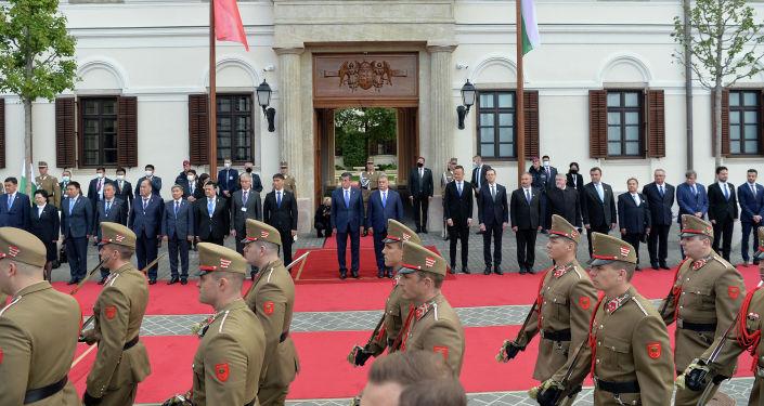 Марш роты почетного караула во дворце Кармелита г. Будапешт во время церемонии официальной встречи Президента Кыргызской Республики Сооронбая Жээнбекова с Премьер-министром Венгрии Виктором Орбаном. 29 сентября 2020 года