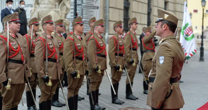 Рота почетного караула во дворце Кармелита г. Будапешт во время церемонии официальной встречи Президента Кыргызской Республики Сооронбая Жээнбекова с Премьер-министром Венгрии Виктором Орбаном. 29 сентября 2020 года