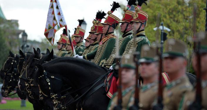 Национальный конный отряд и рота почетного караула во дворце Кармелита г. Будапешт во время церемонии официальной встречи Президента Кыргызской Республики Сооронбая Жээнбекова с Премьер-министром Венгрии Виктором Орбаном. 29 сентября 2020 года