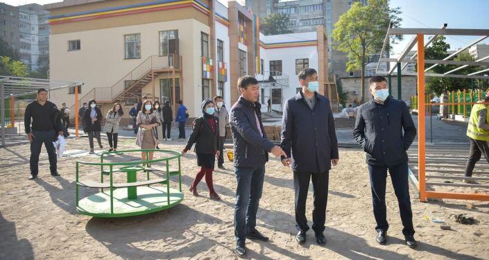 Мэр Бишкека Азиз Суракматов во время обхода нового детского садика на месте сгоревшей налоговой службы на улице Тыныстанова 193