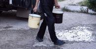 Мужчина с тарой питьевой воды. Архивное фото