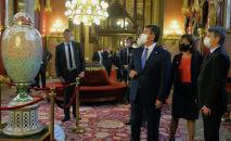 Мамлекет башчы Сооронбай Жээнбеков Будапешттин эң кооз курулуштарынын жана шаардын тарыхый ажайып жайларынын бири болуп саналган Парламент имаратын көрүп чыкты