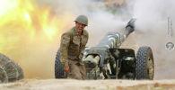 Военнослужащий стреляет из артиллерийского орудия во время боя с азербайджанскими войсками в Нагорном Карабахе. 29 сентября 2020 года