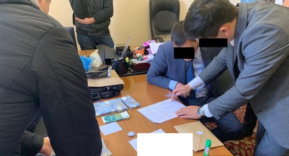 Экономика министрлигине караштуу Банкроттук иштер боюнча департаментинин директорунун орун басары пара берип жаткан жеринен кармалды.