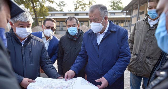 Премьер-министр КР Кубатбек Боронов во время ознакомления с ходом строительства инфекционной больницы