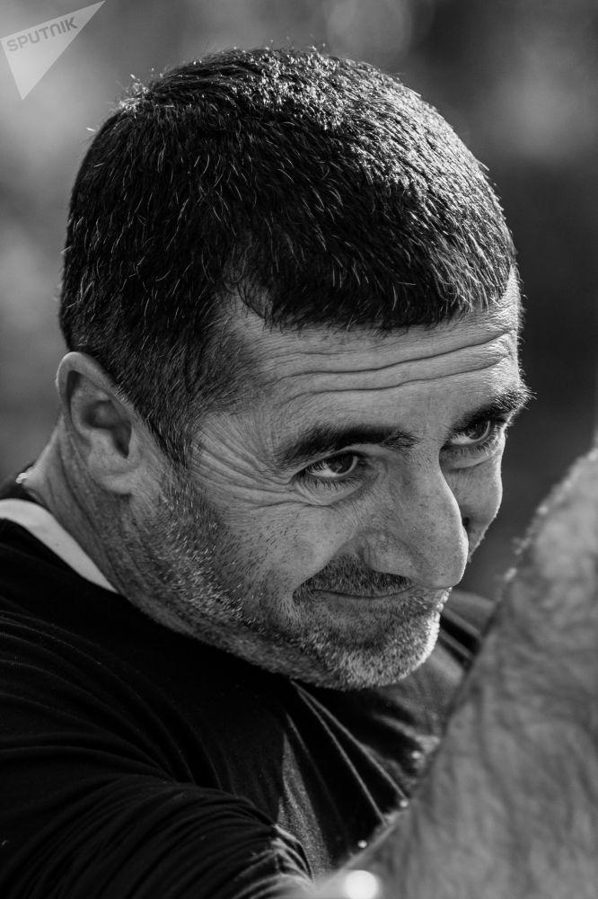 Участник турнира по армрестлингу Камал Алиев