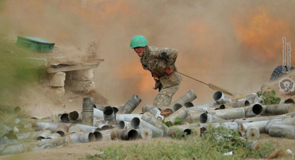 Армениянын аскери артиллериялык замбиректен атууда. Карабах