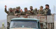 Этнические армяне-солдаты видны в машине во время боев на территории Нагорного Карабаха
