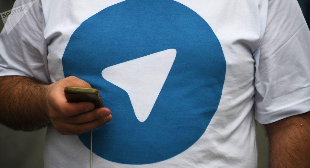 Мужчина в футболке с изображением логотипа Telegram. Архивное фото