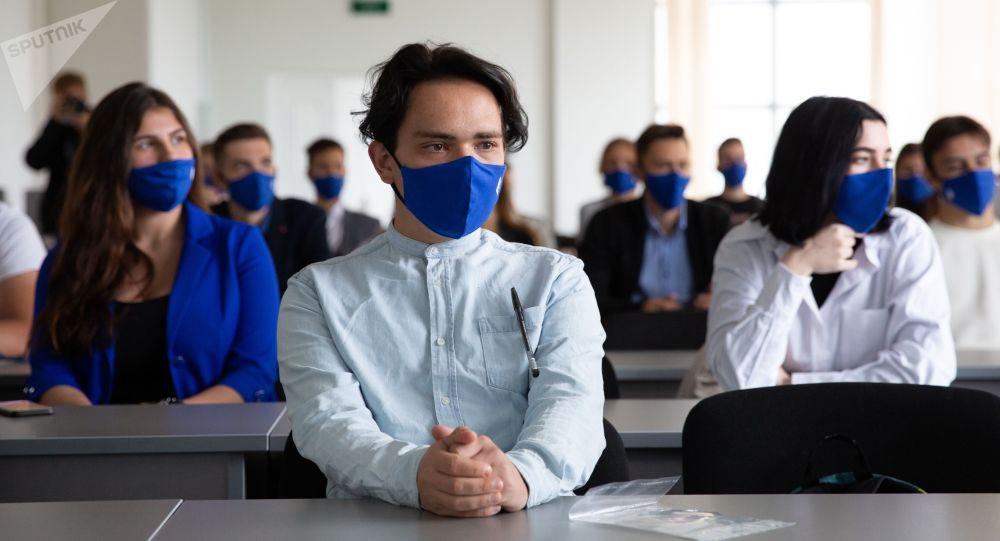 Университеттин аудиториясындагы студенттер окуу учурунда