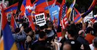 Участники митинга против против военного конфликта в Карабахе