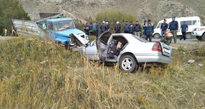 В Кочкорском районе Нарынской области столкнулись грузовик и легковое авто, погибли два человека