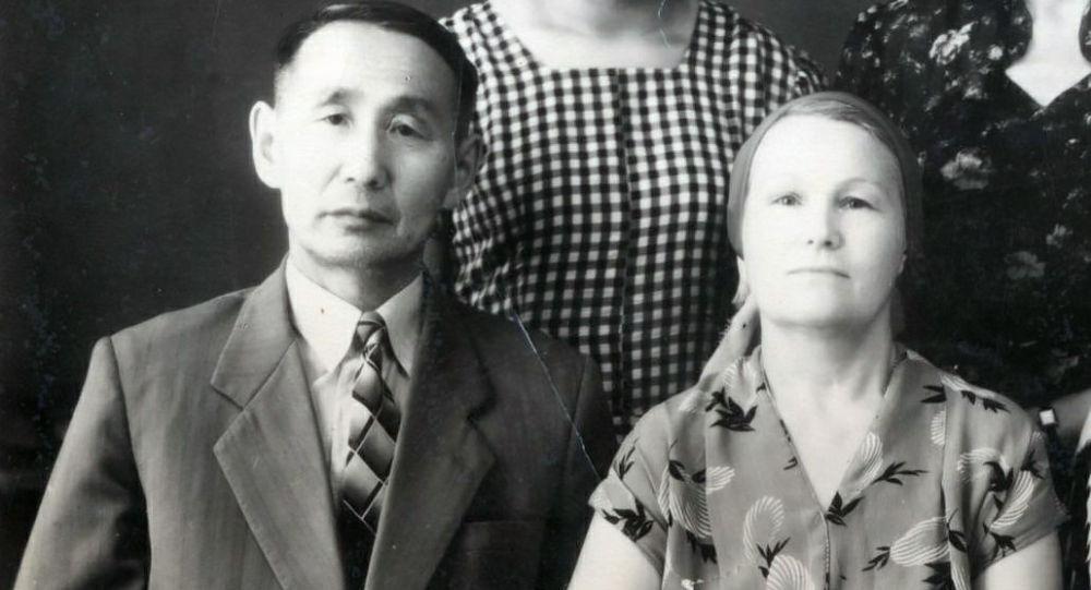 Кыргыз эл жазуучусу, котормочу Касымалы Баялиновдун архивдик сүрөтү жубайы менен