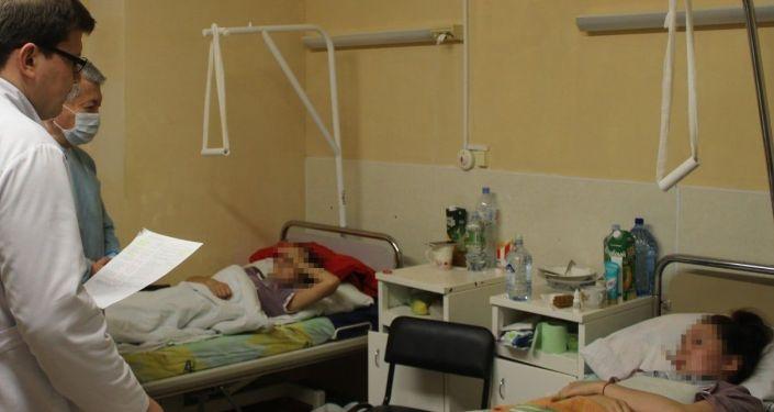 Посол КР в РФ Аликбек Джекшенкулов посетил пострадавших при обрушении моста на подмосковном предприятии