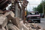 Поврежденный дом и автомобиль в результате обстрелов по общине Иванян Нагорного Карабаха.