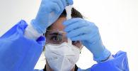Медициналык кызматкер COVID-19 үчүн экспресс-тест жүргүзуп жатат. Архив