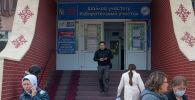 Подготовка к парламентским выборам на избирательном участке школы №5 в Бишкеке