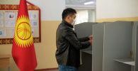 Подготовка к парламентским выборам на избирательном участке школы №5 в Бишкеке. Архивное фото