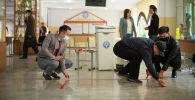 Подготовка к парламентским выборам на избирательном участке школы в Бишкеке