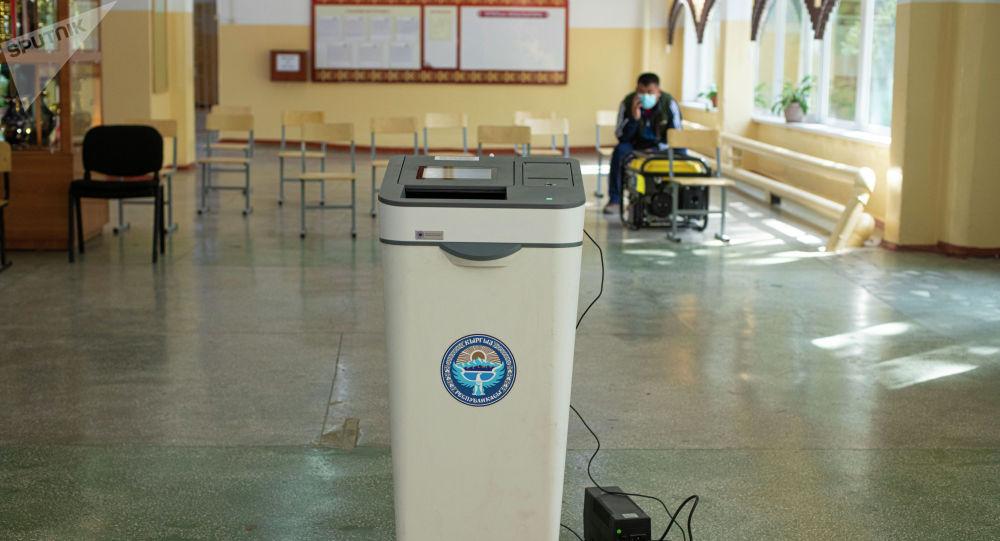 Электронная урна в избирательном участке. Архивное фото