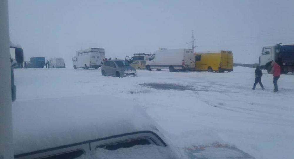 Автомобили на перевале Тоо-Ашуу, где выпала большое количество снега