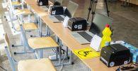 Подготовка избирательного участка №1327 к парламентским выборам в школе-гимназии №5 в городе Бишкек