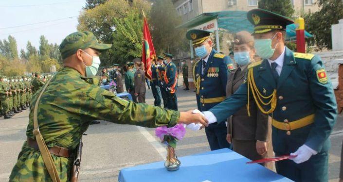 Новобранцы Управления ГПС Ошской области во время церемонии принесения присяги