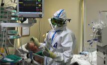 Врач и пациент в отделении реанимации и интенсивной терапии больницы. Архивное фото