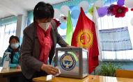 Член местной избирательной комиссии во время выборов. Архивное фото