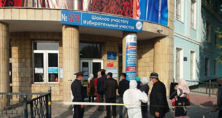 Очередь на голосование в избирательном участке №5278 на выборах в Парламент-2020 в Оше