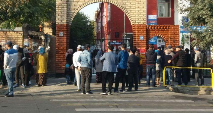 Очередь на голосование в избирательном участке №5277 на выборах в Парламент-2020 в Оше