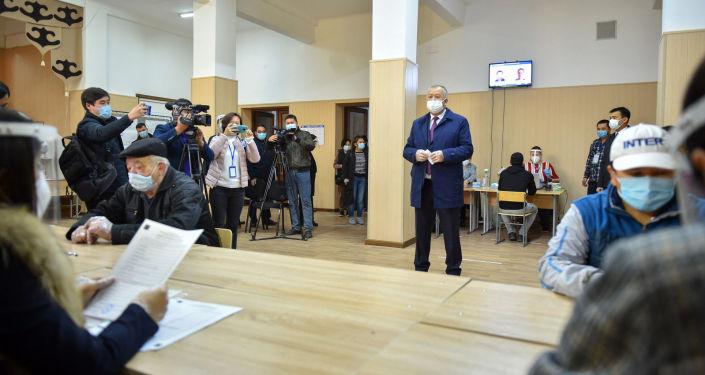 Премьер-министр Кыргызской Республики Кубатбек Боронов проголосовал на выборах депутатов Жогорку Кенеша Кыргызской Республики на избирательном участке № 1105, расположенном в школе гимназии № 62 города Бишкек.