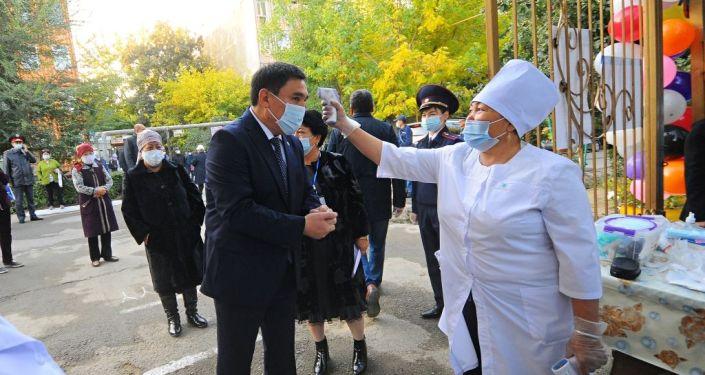 Мэр Оша Таалайбек Сарыбашов на избирательном участке во время выборов в Парламент-2020