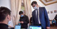 Мэр Бишкека Азиз Суракматов на избирательном участке во время выборов в Парламент-2020