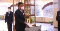 Президент Сооронбай Жээнбеков Жогорку Кеңештин шайлоосунда добуш берди. Мамлекет жетекчиси № 1327 шайлоо участогунда, №5 Инновациялык технологиялар мектеп-лицейинде өз жарандык милдетин аткарды.
