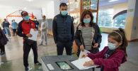 Ход выборов в парламент Жогорку Кенеша на избирательном участке №1327 в Бишкеке