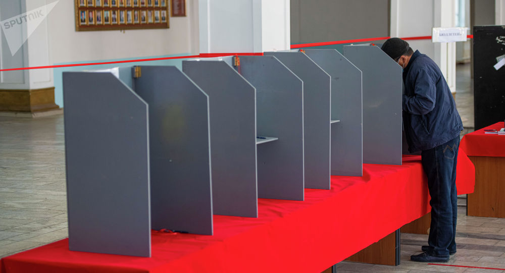 Мужчина во время голосования на избирательном участке. Архивное фото